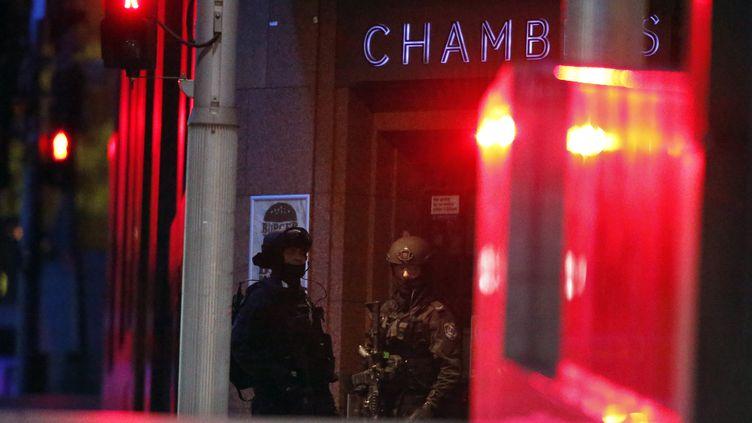 Des forces de police près du café Lindt de Sydney (Asutralie) où a lieu une prise d'otages, le 15 décembre 2014. (DAVID GRAY / REUTERS)