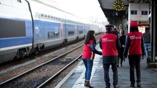 Des agents SNCF vont à la rencontre des voyageurs sur les quais de la gare de Lyon (Paris), le 8 décembre 2019. (THOMAS SAMSON / AFP)