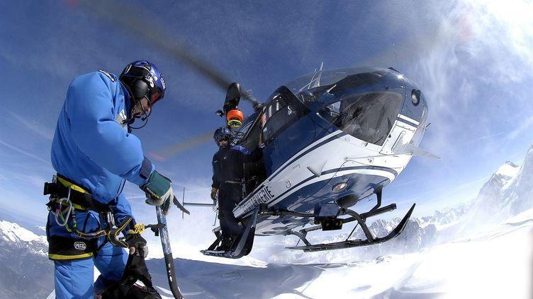 Des membres du Peloton de gendarmerie de haute-montagne participernt à des recherches dans les Alpes (image d'illustration). (PHILIPPEPOULET /BENELUXPIX / MAXPPP)