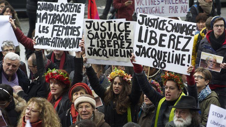 Des manifestants demandent lalibération de Jacqueline Sauvage, place de la Bastille, à Paris, le 23 janvier 2016. (PATRICE PIERROT / CITIZENSIDE.COM)