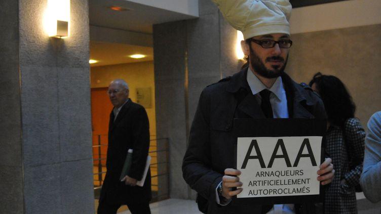 Un membre du collectif Sauvons les riches devant le siège l'agence Moody's à Paris (9e) le 24 octobre 2011. (ZAER BELKALAI/CITIZENSIDE/AFP)