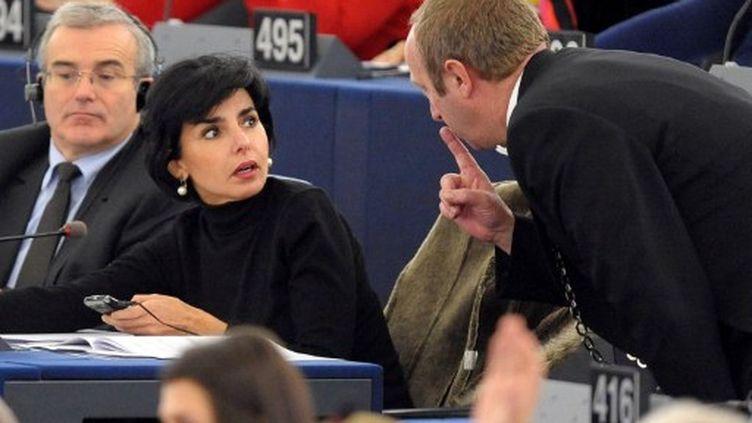 Un huissier s'approche des eurodéputés Michel Dantin (G) et Rachida Dati, le 14 décembre 2011, au Parlement européen de Strasbourg (Bas-Rhin). (FREDERICK FLORIN / AFP)