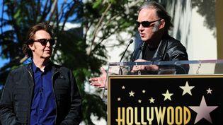 """Paul McCartney écoute l'hommage que lui rend Neil Young sur le """"Walk of Fame"""" (9/2/2012)  (Frederic J. Brown / AFP)"""