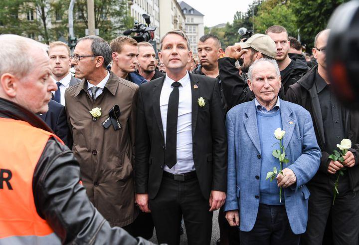Björn Höcke, porte-parole de l'AfD en Thuringe (au centre), lors de la manifestation organisée le 1er septembre 2018 à Chemnitz (Allemagne), après le meurtre d'un Allemand. (RALF HIRSCHBERGER / DPA / AFP)