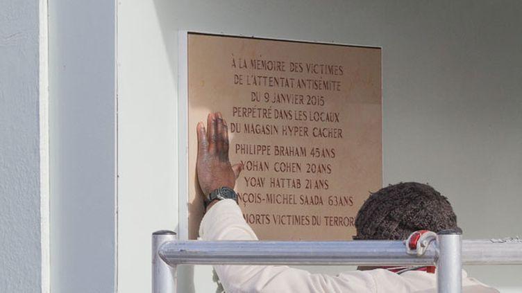 (Un an après les attentats du mois de janvier 2015, François Hollande, Manuel Valls et Bernard Cazeneuve dévoileront ce mardi des plaques commémoratives installées lundi sur les trois lieux des attaques © Maxppp)