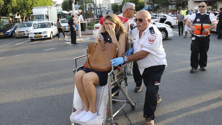 Une femme blessée au couteau par un Palestinien est prise en charge par les secours àRishon Lezion, une banlieue de Tel-Aviv, le 2 novembre 2015. (REUTERS)