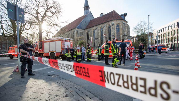 Des policiers et des pompiers déployés à Münster (Allemagne), le 7 avril 2018. (FRISO GENTSCH / DPA / AFP)