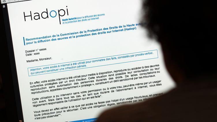 Le courriel d'avertissement de l'Hadopi, adressé aux internautes soupçonnés de piratage. (THOMAS COEX / AFP)