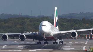 Un A380 de la compagie Emirates, à l'atterrissage, à Düsseldorf, en Allemagne, le 5 octobre 2017. (CARGOSPOTTER / YOUTUBE)