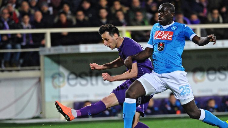 Le joueur de la Fiorentina Nikola Kalinic avec le Napolitain Kalidou Koulibaly  (MAURIZIO DEGL'INNOCENTI / ANSA)