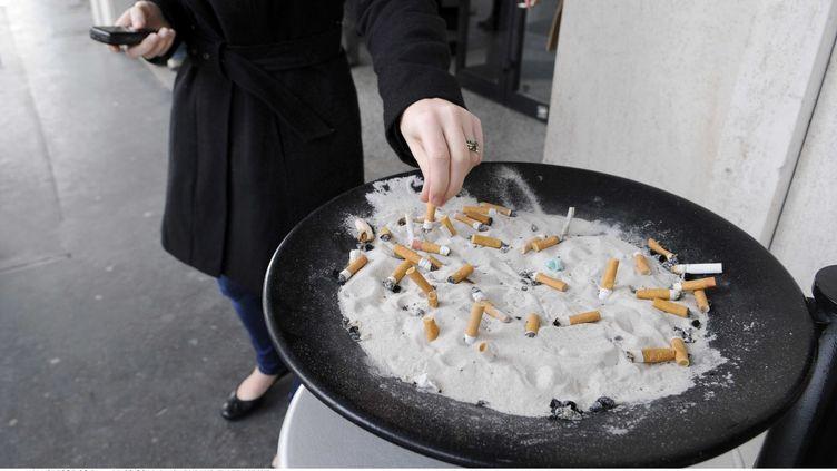 L'objectif des propositions d'Yves Bur : diviser par deux le nombre de fumeurs, pour que moins de 15% de la population fume en 2025 contre 30% aujourd'hui. ( FLORENCE DURAND / SIPA)