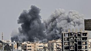 Des bombardements sur Raqa en Syrie, le 17 juillet 2018. (BULENT KILIC / AFP)