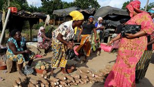 Des femmes à Abidjan (Côte d'Ivoire), le 28 juillet 2021. (MEHMET KAMAN / AFP)
