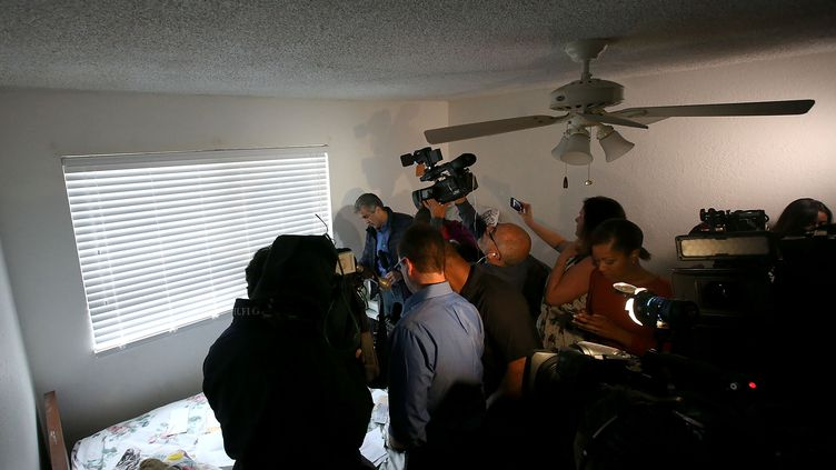 Des journalistes visitent le domicile des tueurs de San Bernardino en Californie (Etats-UNis) le 4 décembre 2015. (JUSTIN SULLIVAN / GETTY IMAGES NORTH AMERICA)