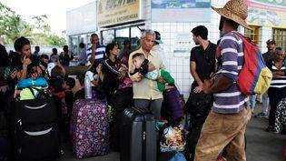 Des réfugiés vénézuéliens attendent leur car à la frontière brésilienne, le 10 août 2018. (NACHO DOCE / REUTERS)