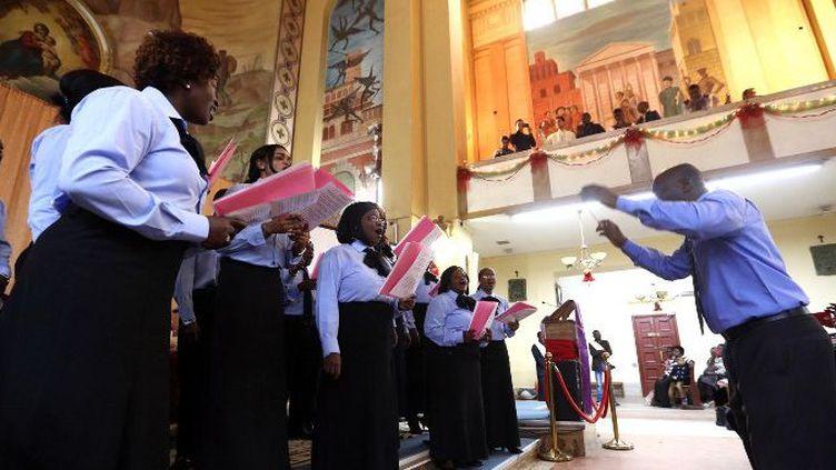 La chorale de la communauté chrétienne de Tripoli pendant une messe célébrée dans l'église Saint-François, le 11 décembre 2015. (Photo AFP/Mahmud Turkia)