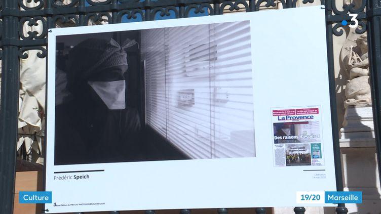 Expo de clichés de photojournaliste sur les grilles du Palais de la Bourse à Marseille. (CAPTURE D'ÉCRAN FRANCE 3 / M-A. PELERAN)