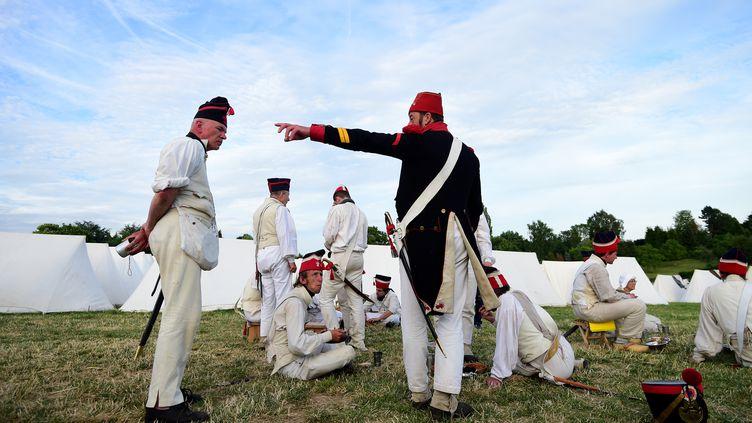 Des passionnés en costume participent aux commémorations du bicentenaire de la bataille de Waterloo (Belgique), le 17 juin 2015. (EMMANUEL DUNAND / AFP)
