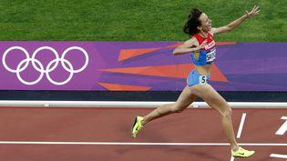 La Russe Mariya Savinova, lors de sa victoire sur le 800 m aux jeux olympique de Londres, le 11 août 2012. Un documentaire allemand, diffusé le 1er août 2015, l'accuse de dopage. (FABRIZIO BENSCH / REUTERS)