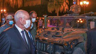 Le président tunisien Kaïs Saïed peut notamment compter sur le soutien de l'armée et des forces de sécurité, précise Vincent Geisser, politologue spécialiste de la Tunisie. (AFP PHOTO / HO / PRESIDENCY FACEBOOK PAGE)