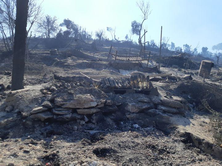 Le camp de réfugiés de Lesbos (Grèce), détruit par un incendie le mercredi 9 septembre. (MARIE PIERRE VEROT / RADIO FRANCE)