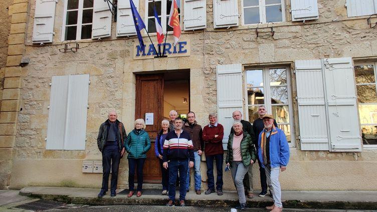 Le maire de Saint-Puy dans le Gers Michel Labatut (au centre) entouré des résidents britanniques du village, le 31 janvier 2020. (STEPHANE IGLESIS / RADIO FRANCE)