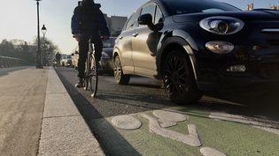 Un SUV dans une rue de Paris, en janvier 2020. (AURÉLIEN ACCART / RADIO FRANCE)
