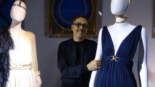 Olivier Chatenet et son modèle préféré, une robe longue en jersey bleu marine, avril 2017  (Corinne Jeammet)