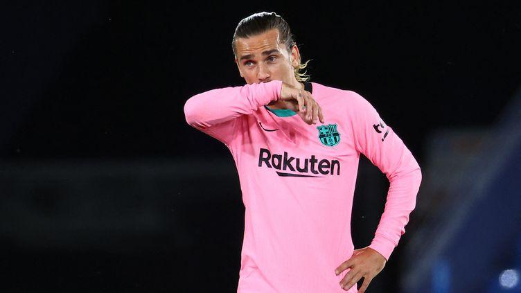 L'attaquant du Barça, Antoine Griezmann, déçu ici après le match nul concédé contre Levante, mardi 11 mai 2021. (JOSE JORDAN / AFP)