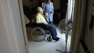 """Le niveau 2 appelle à la mise en place du """"plan bleu"""" dans les maisons de retraite pour que les résidents """"puissent bénéficier de zones rafraîchies"""". (STEPHANE DE SAKUTIN / AFP)"""