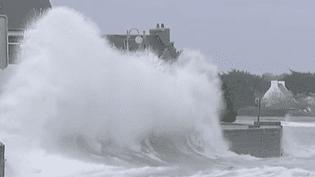 Les vagues frappent le littoral, mercredi 17 octobre à l'Ile-Tudy (Finistère). (HUGO CLÉMENT, BUREAU DE FRANCE 2 À RENNES)