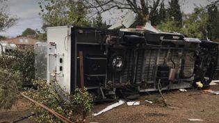 Une caravane du camping d'Arles, retournée par la tornade mardi 15 octobre. (FRANCE 3)