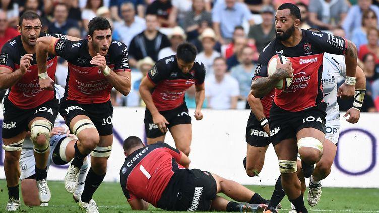 Samu Manoa sonne la charge des Toulonnais (BORIS HORVAT / AFP)