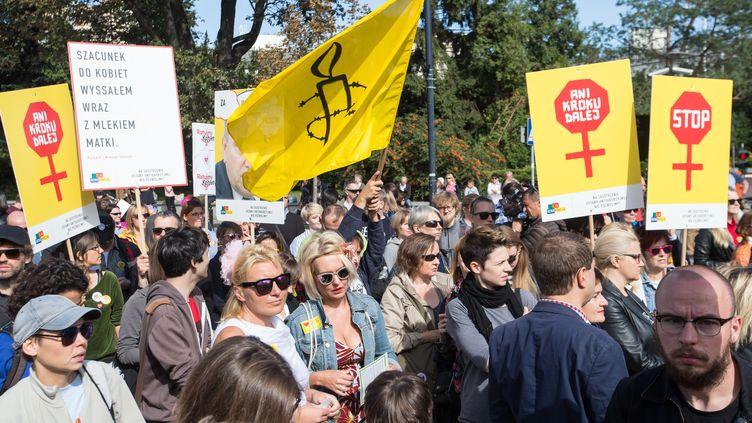 Des personnes manifestent pour le droit à l'avortementdevant le Parlement polonais, le 18 septembre 2016 à Varsovie (Pologne). (JAN A. NICOLAS / DPA)