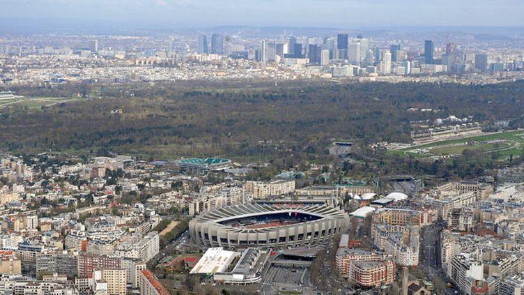 (Vue aérienne de Paris avec au fond le bois de Boulogne © MAXPPP)