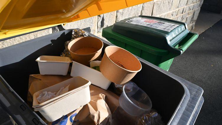 Une poubelle pleine d'emballages (illustration) (DAVID ADEMAS / MAXPPP)