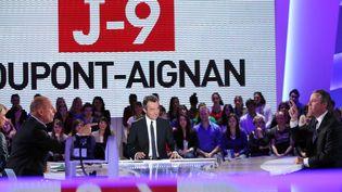 Le 13 avril 2012, sur le plateau du Grand Journal sur Canal +, dialogues musclés entre le candidat à la présidentielle Nicolas Dupont-Aignan, (à droite), Michel Denisot (centre), et Jean-Michel Aphatie (à gauche). (KENZO TRIBOUILLARD / AFP)