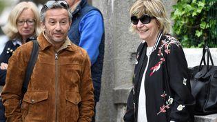 Le photographe Sébastien Valiela aux côtés de la directrice de son agence, BestImage, Mimi Marchand. (ERIC FEFERBERG / AFP)