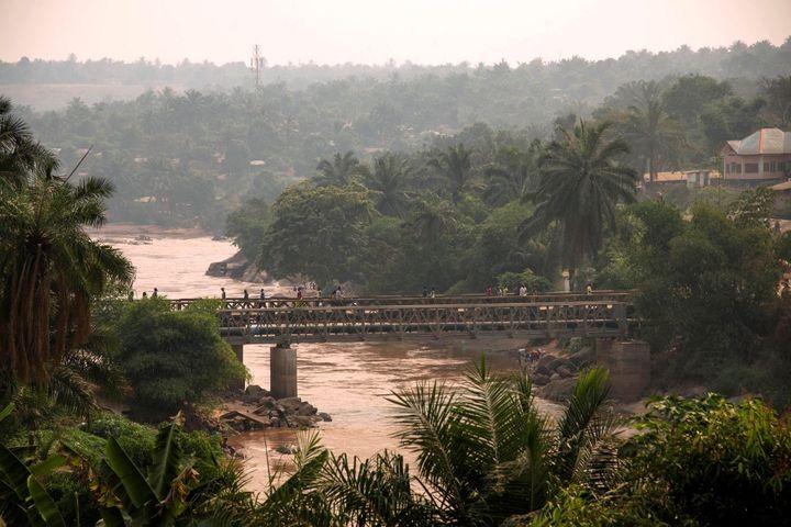 Le pont au-dessus de la rivière Kasaï relie les deux rives de la ville de Tshikapa, en République démocratique du Congo. (JUNIOR D. KANNAH / AFP)