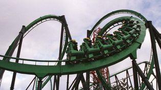 Passagers sur les montagnes russes d'un parc d'attractions en Californie, le 1er avril 1998. (STR NEW / REUTERS)