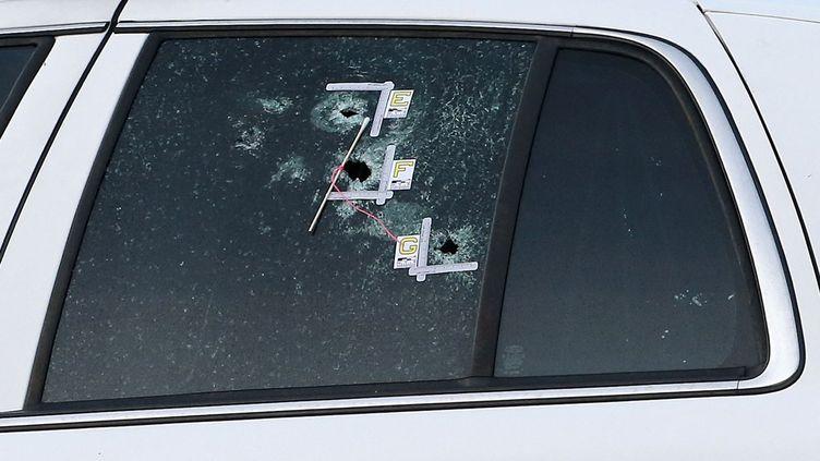 (L'une des voitures de police cible du sniper © REUTERS / Jonathan Bachman)