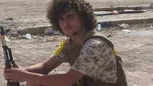 Un combattant libyen s'offre une pause sur la ligne de front, à Syrte (Libye), le 4 octobre 2016.  (OMAR OUAHMANE / RADIO FRANCE)