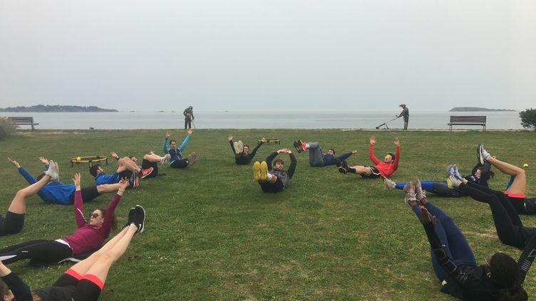 Un temps gainage pour l'équipe de France de sabre près de la plage de Saint-Sieu à Lancieux (22). (CECILIA BERDER / FRANCEINFO / RADIO FRANCE)