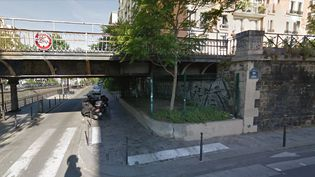 Les grilles sont installées sous un pont, dans le 12e arrondissement de Paris. (GOOGLE MAPS)