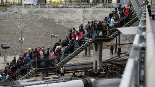 Des réfugiés sortent d'un train en provenance du Danemark, à Malmo (Suède), le 19 novembre 2015. (JOHAN NILSSON / TT/ AFP)