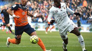 Le défenseur de l'OGC Nice Souleymane Diawara (à droite) lors d'un match de Ligue 1 à Montpellier (Hérault), le 1er mars 2015. (PASCAL GUYOT / AFP)