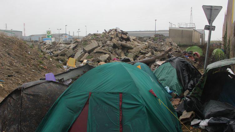 L'atmosphère dans un camp de migrants improvisé à Calais avant l'arrivée d'Emmanuel Macron mardi 16 janvier 2018. (CLEMENCE BONFILS / RADIO FRANCE)