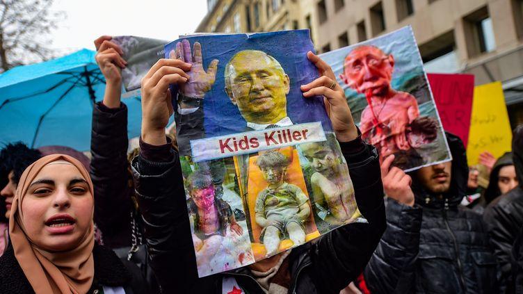 Des manifestants ont protestécontre les raids russes en Syrie, à Istanbul (Turquie), le 28 décembre 2019. (YASIN AKGUL / AFP)