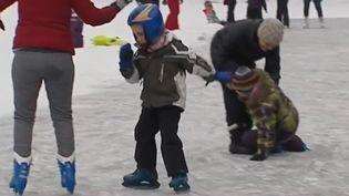 Dans l'Ain, le lac Genin s'est transformé en patinoire en raison des grands froids. (France 3)