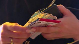 Quatre millions de salariés bénéficient des tickets-restaurant en France. Certains restaurateurs accusent les émetteurs de ces titres de pratiques anti-concurrentielles et de commissions trop élevées, et ont même saisi la justice.  (FRANCE 3)